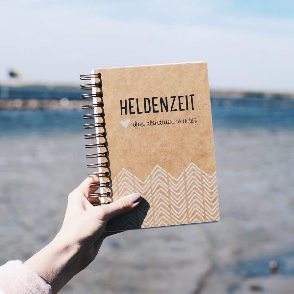 """Reisetagebuch A5 """"Heldenzeit"""" mit Schutzbeutel"""